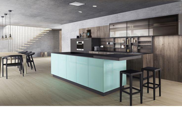 Moderní kuchyně Line se zajímavě řešenými policemi nad pracovní plochou. Jídelní stůl je v barevném kontrastu s židlemi a kochat se můžete krásným výhledem do přírody.