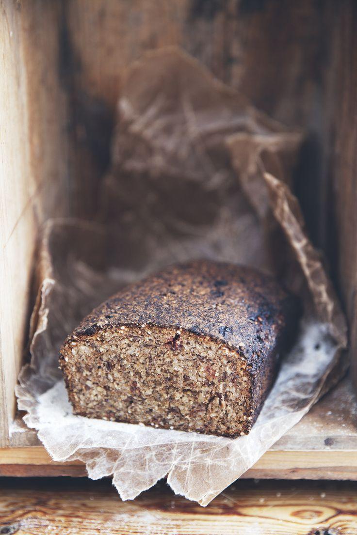 Duka upp med hembakat bröd på helgfrukosten. Jag är helt tokig i mackor med vegopastej och ättiksgurkor för tillfället och vräker på ihop med varma koppar earl grey.   Brödet har lång...