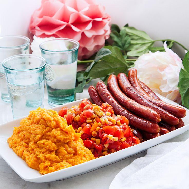Grillad korv, snabblagat och enkelt, den perfekta vardagsmaten. Servera med krämigt sötpotatismos och en smakrik tomat- och majssalsa. Recept på Tasteline!