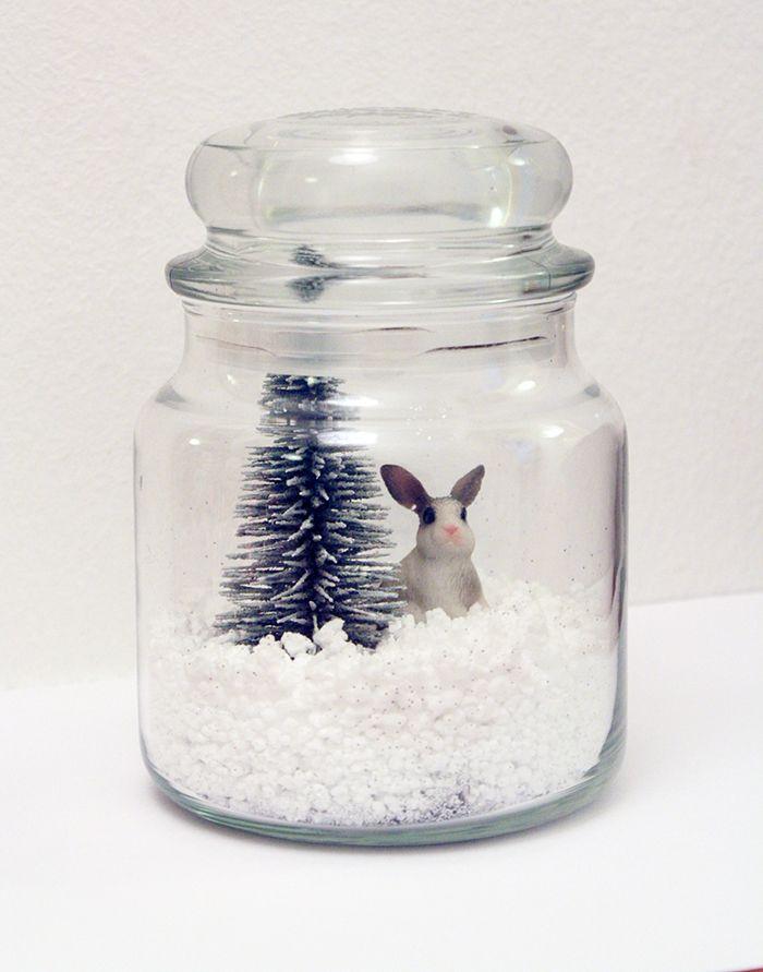 Un DIY magique! En quelques minutes, la magie opére! CE QU'IL NOUS FAUT: - 1 jarre vide, - De la fausse neige, - Des paillettes blanches ou argentées, - Des figurines (un sapin, un lapin, un cerf ...