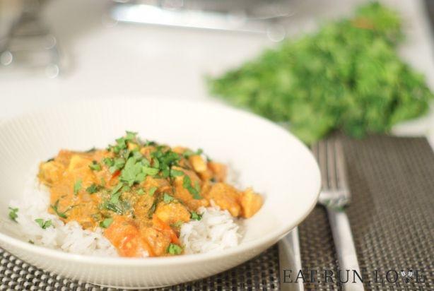 Kip tikka Masala is een heerlijk Indiaas rijstgerecht.Tikka Masala bestaat uit gemarineerde stukjes gebakken kipfilet geserveerd in een gekruide saus die tomaten of tomatenpuree bevat. Nu kun je simpel een kant-en-klaar potje Tikka Masala aanschaffen, maar je maakt het net zo makkelijk zelf. Helemaal niet moeilijk en nog lekkerder ook. Schrik niet van de ingrediëntenlijst, de meeste ingrediënten zul je al in huis hebben. Geniet ervan! Let op: de kip moet vooraf nog minimaal een uur…