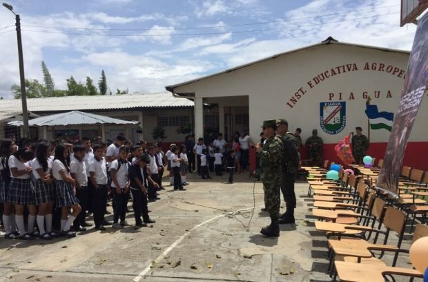 En Pandiguando jurisdicción del municipio de Tambo se entregó escritorios para potencializar la educación en este sector del país.