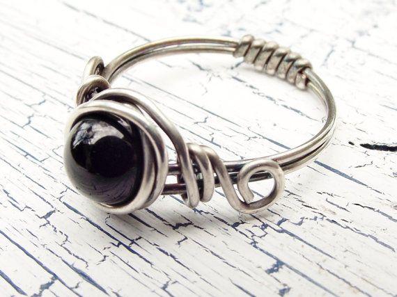 Un onice nero anello filo avvolto con argento in un disegno romantico e roteato. Questo anello onice nero mi ricorda dellanello che mia madre mi