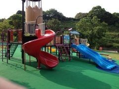 仕事が休みの日には甥っ子を連れて佐賀県嬉野市にあるみゆき公園に行きます 野球サッカーグラウンドゴルフゲートボールテニスなんかが出来る運動公園なんだけどアスレチックもあるから子どもも楽しく遊べるんだよね 嬉野温泉の近くにあるから嬉野温泉をモチーフにした遊具もあって週末になると沢山の子供たちでいっぱいになりますね 横のみゆきドームは福岡ソフトバンクホークスの本多選手が自主トレをする場所としても有名なんですよtags[佐賀県]