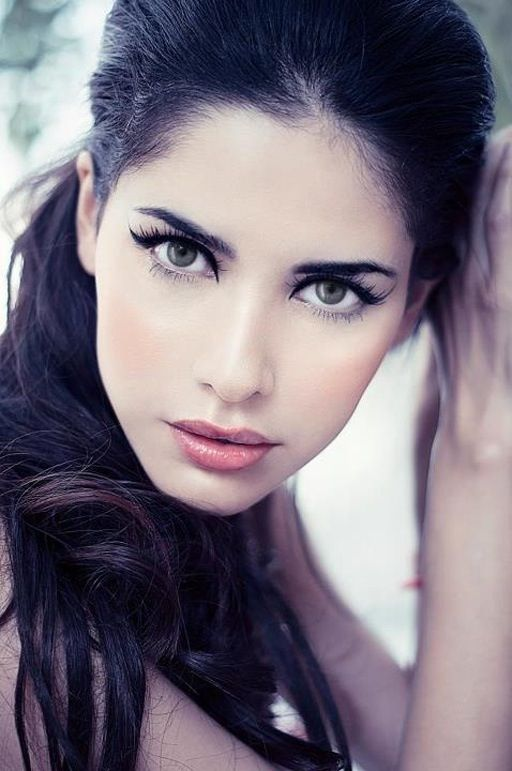Like this eyeliner look. It's simple and she still looks gorgeous. Rocks the brown hair.