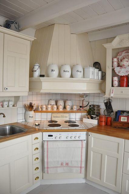 Pour une cuisinière en coin, sur-élever l'arrière pour y accéder plus facilement et y mettre des choses pratiques.