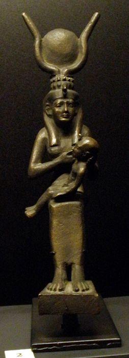 Photographie : DJEHOUTY Musée de Champollion de FIGEAC Cette statue représente la déesse ISIS avec l'enfant HORUS. Elle ne porte pas le hiéroglyphe (Q1) comme vu dans les précédents articles, mais u ne perruque en forme de dépouille de vautour qui indique...