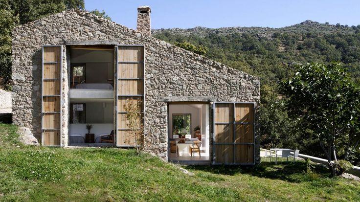 Vista exterior lateral de finca en Extremadura por Estudio ÁBATON.  2013 Premio Architizer A + Sostenibilidad