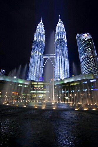 Hermosa Petronas  de los edificios famosos de Malasia es las Torres Gemelas.Una vez, fueron los edificios más altos del mundo.Por debajo de las Torres Gemelas es un centro comercial.Es un lugar lleno de gente.Torres Gemelas en la noche es muy bonito.)