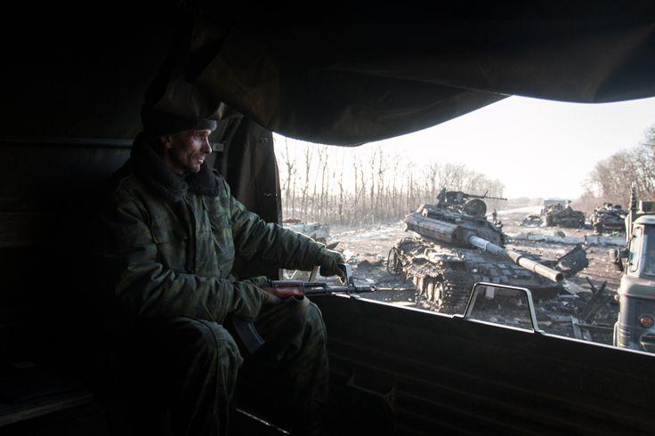 https://flic.kr/p/vPwF2u | Пересекая уничтоженный блокпост | Проезжая разбитый блок пост, где днем ранее, держали оборону ВСУ. В результате боев было уничтожено более 30 единиц орудий и техники украинской армии.  Где-то под Чернухино, 18 февраля 2015.