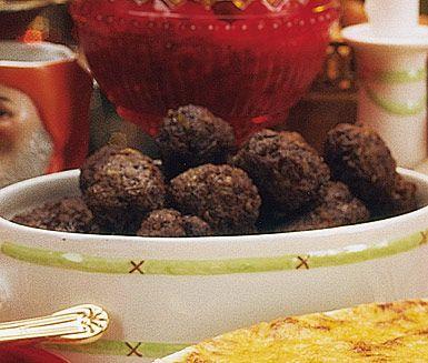 Köttbullar är ett stående inslag på de allra flestas julbord och detta köttbullsrecept är en uppskattad favorit. Köttbullarna ger du en festlig smak av bland annat ansjovis, kryddpeppar och lök samt en ljuvlig rundhet från vispgrädde. Mumma!