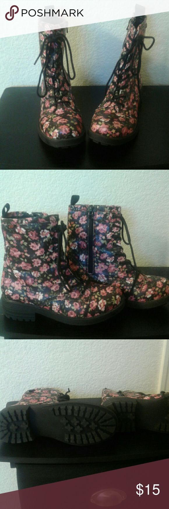 BB Amber  7.5 Man made leather floral  like  new BB Amber  Shoes Winter & Rain Boots