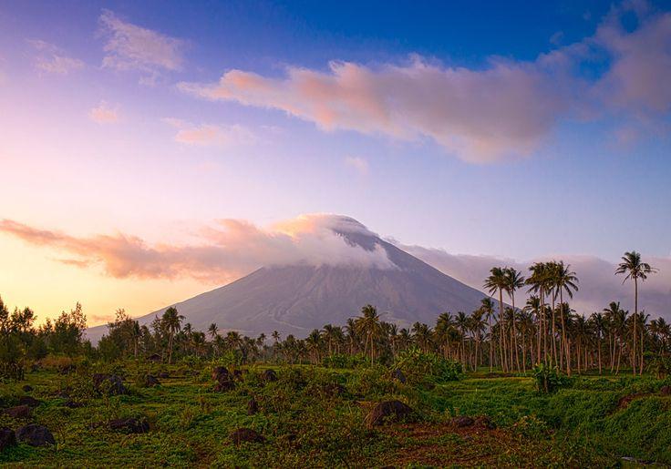 Filippinerne kan også godt være med på vulkanfronten! I Legaspi ligger den enorme Mayon vulkan, der er kendt for dens meget ikoniske, symmetriske kegleform. Når det bliver mørkt, kan du rigtig se, at vulkanen stadig er aktiv, for så er der ild på toppen!