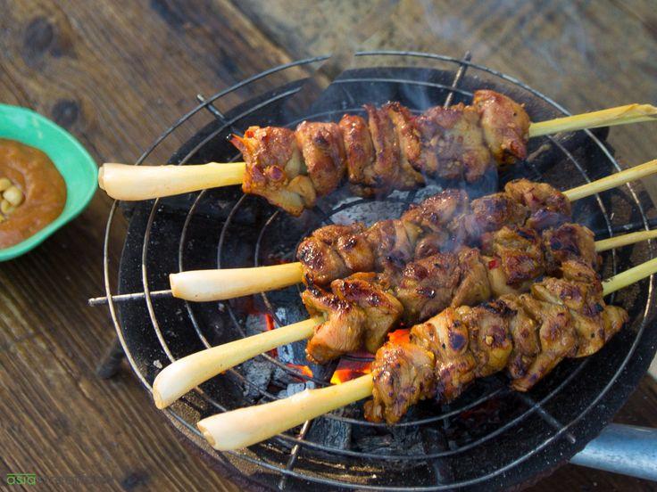 Für Indonesier sind Sate- oder Satay-Spieße ein fester Bestandteil eines selamantan – ein großes Fest, das zu einem feierlichen Anlass veranstaltet wird. Gleichzeitig findet man Sate auch in den Straßenküchen Indonesiens aber auch in Malaysia und Thailand. Ursprünglich stammt Sate von der indonesischen Insel Java, wohin es indische Muslime brachten. Verwandt ist Sate in jedem Fall mit dem Kebab des Mittleren Ostens aber auch mit japanischen Yakitori. Das Keulenfleisch vom Hähnchen ist in der…