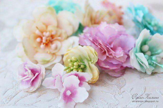 """цветок 1 Материалы:  - светлая бумага """"тишью"""" или фильтры для кофе  - краска - акварельная или дистресс-чернила (или для принтера)  - клей ПВА густой  - тычинки  - кусочек флористической проволоки  Инструменты:  - нож для вырубки """"Цветок"""" 3-5 см (на 4-6 лепестков)  или ножницами по шаблону - дырокол не годится!  - шило  - коврик (резиновый или силиконовый)  - фен для эмбоссинга (или бытовой фен)"""