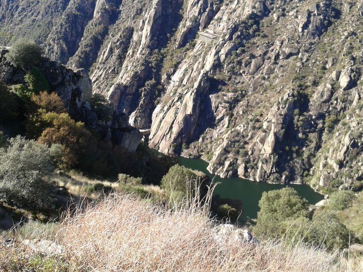 Otra impresionante vista del cañón del Duero tomada desde un mirador por encima del lugar de embarque del crucero medioambiental.