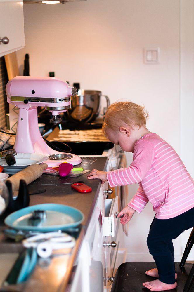 baka med barn. Tiden går fort, vi gör något tillsammans och Estrid lär sig nya färdigheter. I vår familj är lek i köket den bästa leken. Läs mer på bloggen! www.fridagsvensson.se