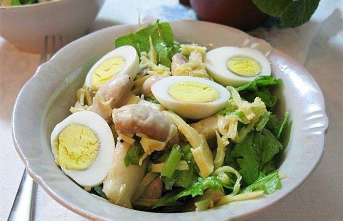 Салат с шампиньонами, сыром и яйцами http://mirpovara.ru/recept/2426-salat-s-shampinonami-syrom-i-yajcami.html  Салат с шампиньонами, сыром и яйцами - полезный, вкусный и легко усваиваемый организмом. Шампиньоны ...  Ингредиенты:  • Шампиньоны свежие - 250г. • Яйцо отварное - 3шт. • Сыр твердый - 150г. • Лимон - 1/4шт. • Салат листовой - 1пуч. • Масло растительное - 1ст. л. • Соль - по вкусу • Смесь перцев - по вкусу  Смотреть пошаговый рецепт с фото, на странице…