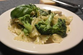 Een simpel pesto pasta gerecht goed gevuld met onder andere broccoli en kip. Ook al is dit een simpel gerecht, het smaakt echt heerlijk!