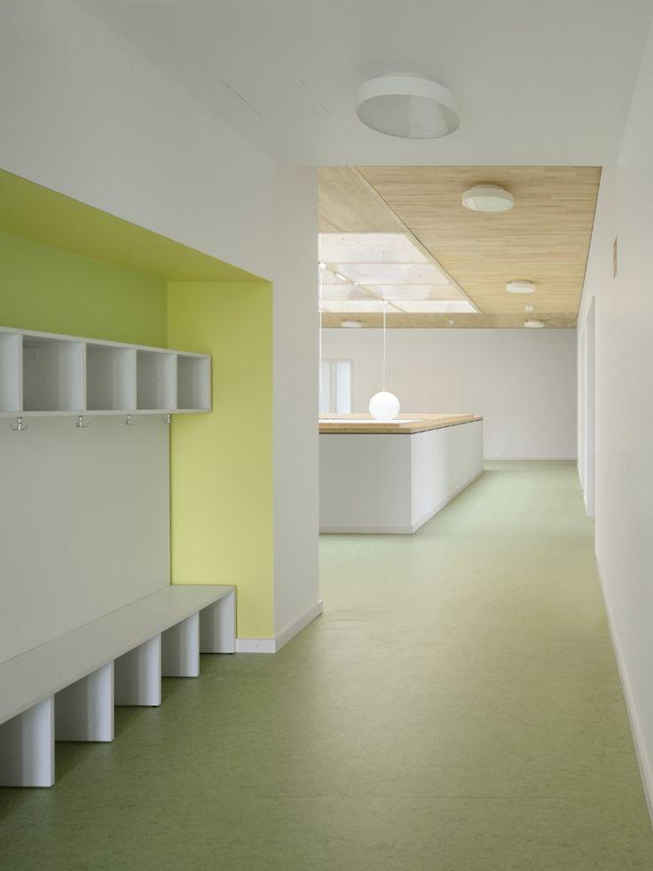 KiTa Schöne Aussicht / Birk Heilmeyer und Frenzel Architekten, Cubbies, wood ceiling, green flooring