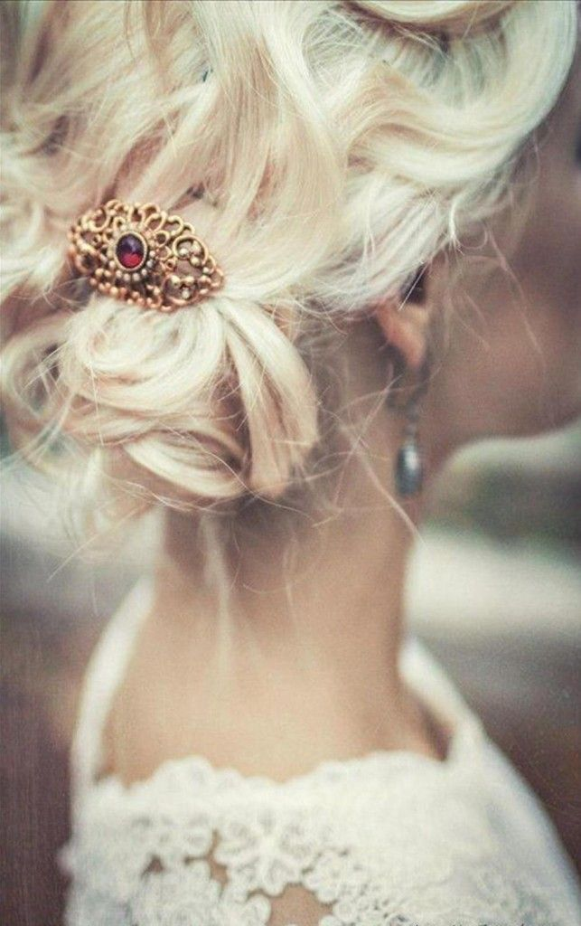 For a vintage vibe, the #bride can add a brooch to her #wedding #hair!