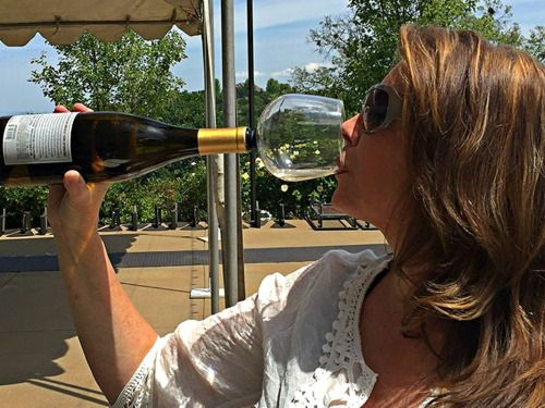 Vous êtes un gros buveur de vin, du genre très très gros buveur ? Cette invention surprenante devrait vous faire plaisir. Aux États-Unis, la startup J JO a mis au point Guzzle Buddy, un verre qui se fixe au goulot de la bouteille pour vous permettre de boire directement à la source. Suis-je le seul à émettre quelques réserves… ?