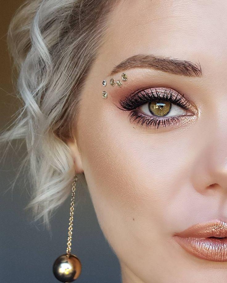 Transforme seu make de sempre colando strass de várias cores no olho e no rosto