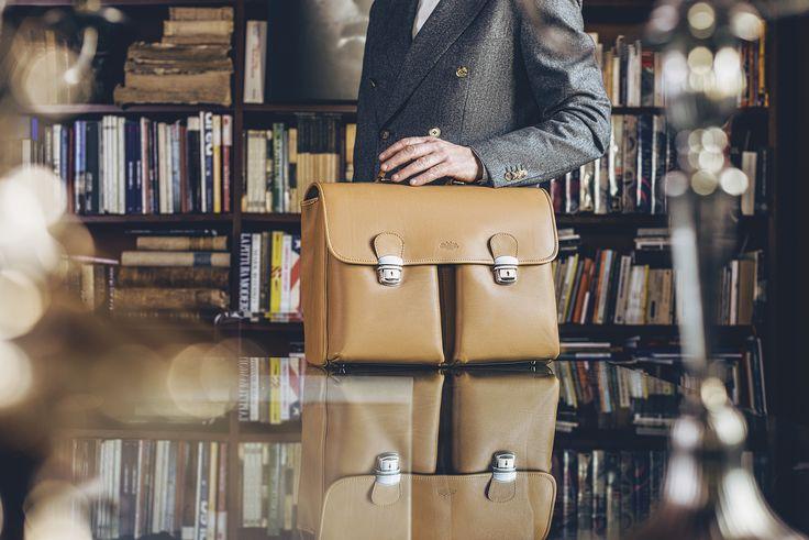 Con #Dalla, la #borsa professionale realizzata in cuoio pregiato, si inizia una nuova settimana lavorativa con una marcia in più.