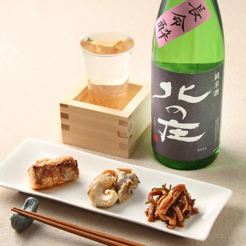五百万石と神力米を60%近くまで精米し純米酒に適した蔵内保存酵母を使用し譲した、米の旨みが生きた、飲みごたえのある「北の庄」純米酒『長命酔』。このやや辛口の日本酒に合わせるのは、「加島屋」人気の瓶詰め3種。さけの焼漬は、新潟の郷土料理のひとつで、焼き上げた鮭の切身を熱いうちに醤油だれに漬け込みます。つぶ貝の酒香煮は、天然のつぶ貝をお酒と醤油で炊き上げた一品。松前漬は、本乾のするめに昆布と数の子を加え、醤油・みりん・焼酎に漬け込みました。いづれもお酒のお供としておすすめです。大切なお父様への贈りものにおすすめの詰め合わせです。