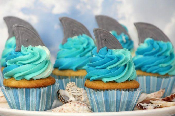How to Make Shark Week inspired Easy DIY Shark Cupcakes! The perfect cupcake to celebrate Shark Week, Under the sea Ocean kids birthday party,  via @tammileetips