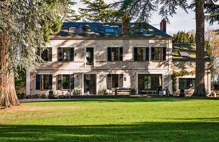 Трехэтажный дом начала XX века расположился в парке на пятнадцать гектаров