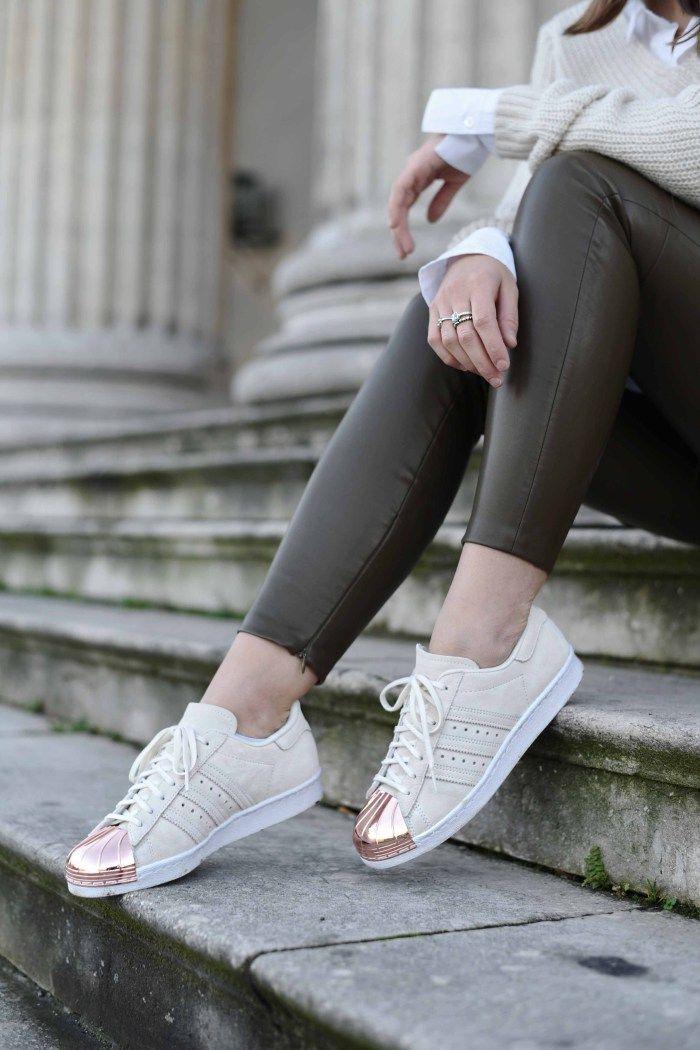 Nina Schwichtenberg trägt weiße Adidas Superstars mit Metalkappe. Mehr auf www.fashiioncarpet.com