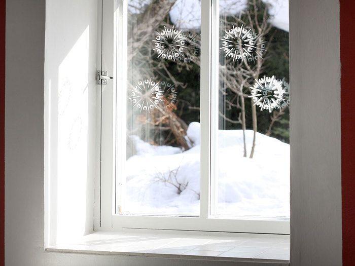 Lunta odotellessa voit koristella ikkunat herkillä lumikukilla. Töpöttele Tikkurila Lumi maalia itse tehdyn sablonin läpi ja nauti talvisesta tunnelmasta.