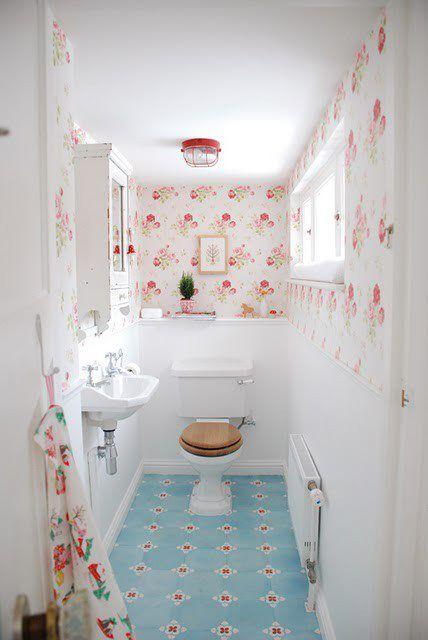 Papel pintado y suelo hidráulico... Un baño de cortesía de inspiración retro