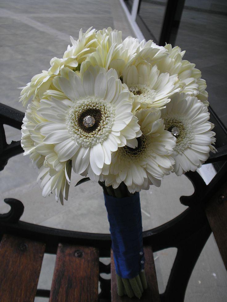 Bouquet en gerberas blancas. Cinta en color azul marino.