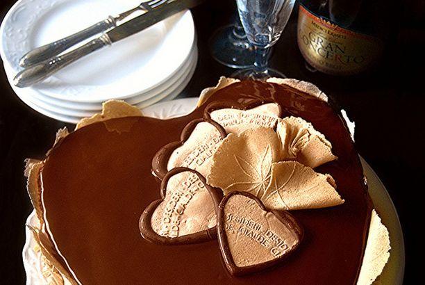 Torta cuore al cioccolato con bavarese al caffè e nocciola e croccante al caffè