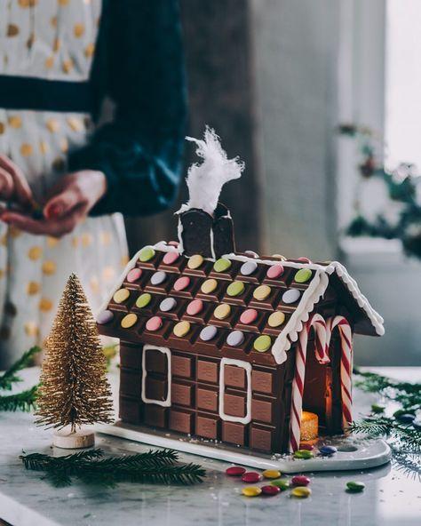 Mmm...suklaatalo! Blogissa ohjeet yksinkertaistettuun Marabou suklaataloon joka luonnistuu poropeukaloltakin Linkki profiilissa @liemessa Ainoa ongelma on että miten ihmeessä tämä säilyy jouluun asti #kaupallinenyhteistyö @marabousuomi @asennemedia #marabousuklaatalo #marabou #suklaa #suklaatalo #leivonta #ihanitsetehty #askartelu #feedfeedchocolate #chocolatehouse #christmasdecoration #chocolatelover