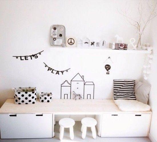 Einfaches weißes Kinderzimmer mit Basteltisch und Stauraum #kidsspace #kidsroom #bigkidroom