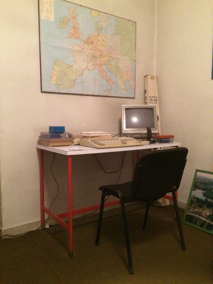 """A spasso nel tempo... La ricerca di pezzi particolari continua. Oggi presentiamo lei: """"Rossella"""" Scrivania anni'70 Piano bianco in formica. Gambe in metallo verniciato colore rosso, con traversa poggia piedi. Piedini in ottone regolabili. Dimensioni: 60 x 120cm h76cm #tavolo #scrivania #desk #table #formica #anni70 #70s #rosso"""