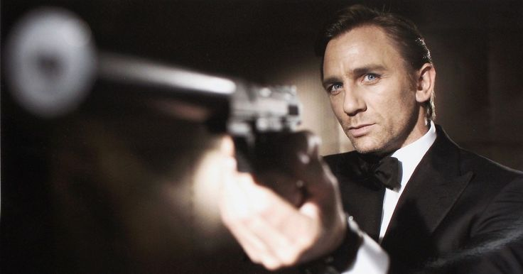 Daniel Craig signs up for 'bond 25', Christopher Nolan in talks to direct.