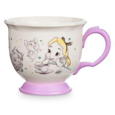 Siempre hay un momento perfecto para tomar un delicioso té en el País de las Maravillas. Relájate mientras bebes tu bebida favorita, disfrutando de esta encantadora taza de nuestra colección Disney Animators.
