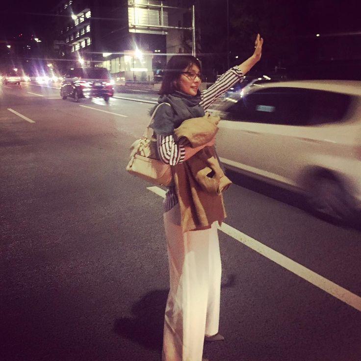 昨日は、板谷さんちの由夏ちゃんと 武道館に行きました。 大好きなノラ・ジョーンズの コンサートでした。 彼女の声はほんとうに 素晴らしい…。 癒され、そして力をもらいました。  写真は由夏ちゃんが撮ってくれた、 タクシーをとめてるわたくし。  手をピーンと伸ばすのがわたくし流。
