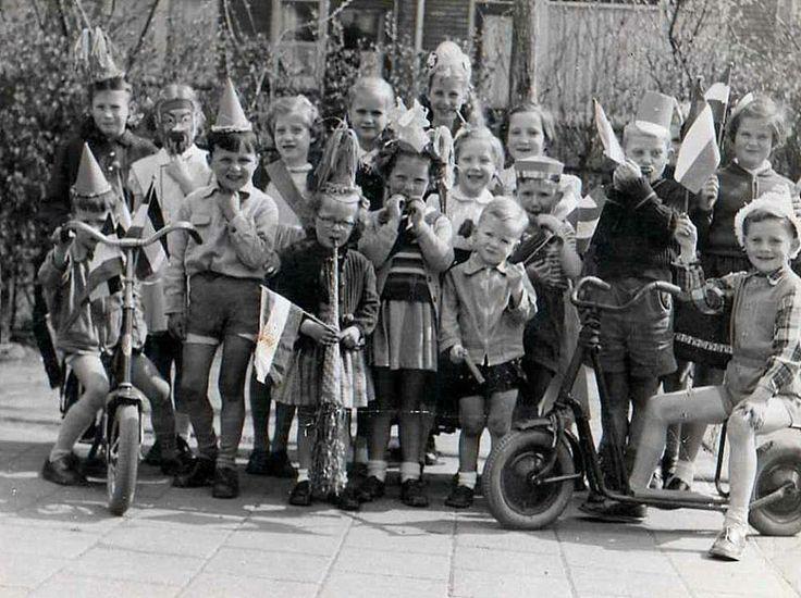 Koninginnedag 1956. Het werd altijd uitbundig gevierd. De vlaggen uit, feestelijke kleding, het was de hele dag feest. Op school kregen we mooie kleurplaten.