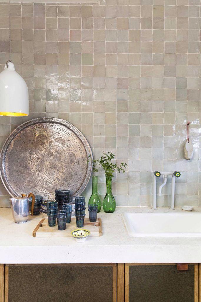 Handgebakken Marokkaanse tegels van Household Hardware per m² en wit marmeren terrazzo aanrecht (House of Bouw). VT WONEN