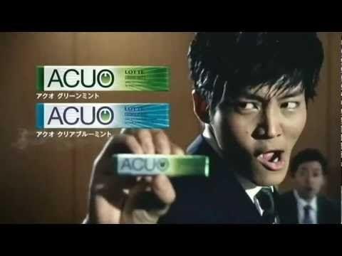 いいなCM ロッテ ACUO 松坂桃李 「部長課長篇」This commercial is for ACUO gum made by LOTTE.    In the commercial, two executives at a board meeting start yelling that business is war, making kung-fu poses, as if they are ready to rumble. Another exec (played by actor Tori Matsuzaka) rips his sleeve and pulls out some ACUO gum, implying that it gives him the power to kick both their butts. Then the boss walks in.