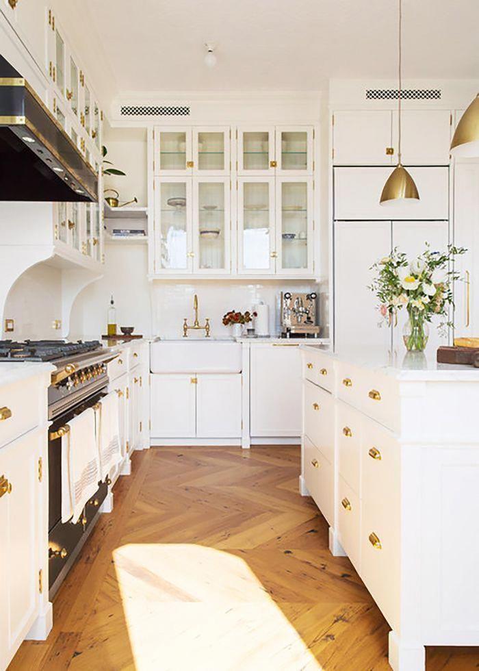 Herringbone Wood Floor In Kitchen Classic Kitchen Inspiration Black And White Kitchen Decor Innenarchitektur Kuche Kucheneinrichtung Weisse Kuche Dekoration
