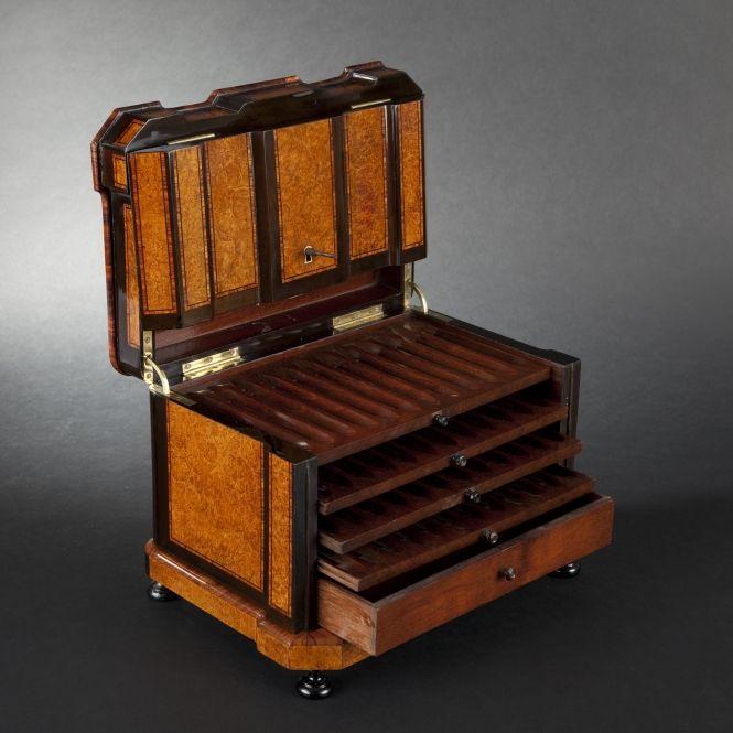 ❤ - Large thuja gnarlwood-veneered cigar humidor, Napoleon III Period