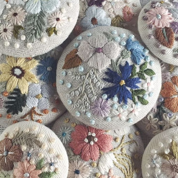 色んなお花がぎゅうぎゅうと。 ブローチ、少しずつできてきました。 #embroidery #刺繍 #ブローチ #brooch