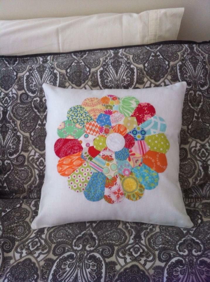 My first English paper pieced Dresden plate cushion