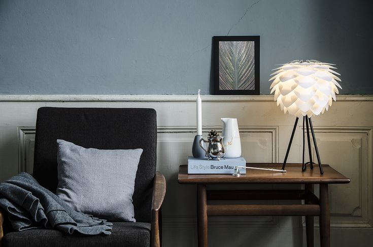 Echilibru creat cu detalii atent alese și surprinzătoare - truly scandinavian! Lampa VITA Silvia mini white, pe masuta VITA tripod